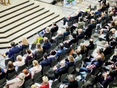 publicznosc słucha przemowienie